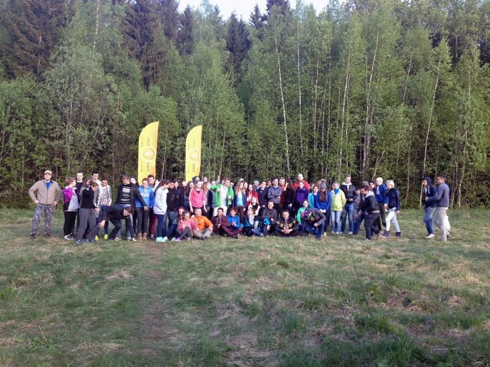 Студенты отдыхают в лесу