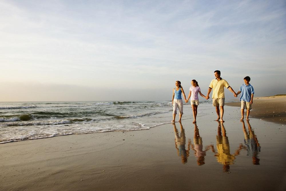 находится как бегущая семья по берегу океана картинки напротив, зачастую приходится